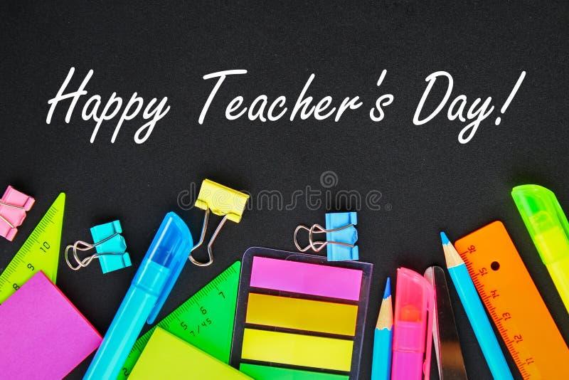 Gelukkige lerarendag Schoollevering op bordachtergrond klaar voor uw ontwerp Vlak leg Hoogste mening stock foto