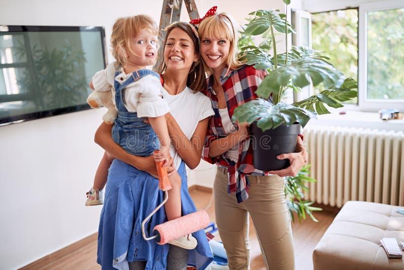 Gelukkige lesbische ouders die zich in een nieuwe plaats bewegen royalty-vrije stock fotografie