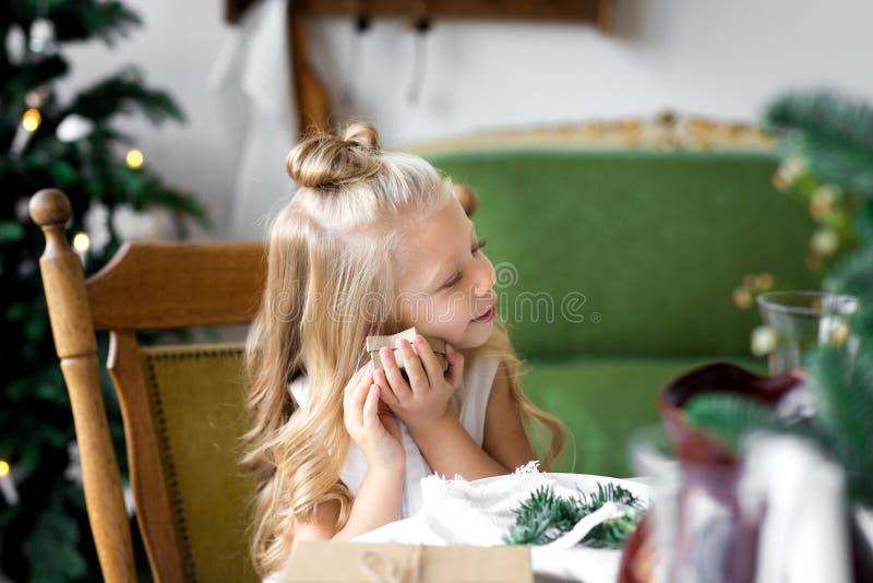 Gelukkige leuk weinig glimlachend meisje met de doos van de Kerstmisgift Vrolijke Kerstmis en gelukkige vakantie stock fotografie