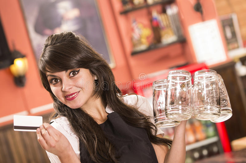 Gelukkige leuke serveerster die lege bierglazen houden royalty-vrije stock foto