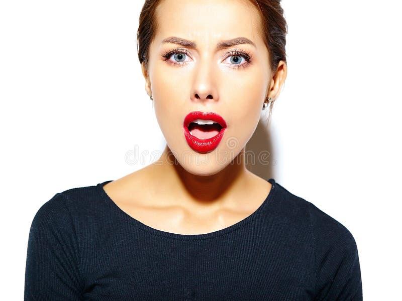 Gelukkige leuke sexy donkerbruine vrouw in toevallige zwarte kleding met rode lippen stock foto's