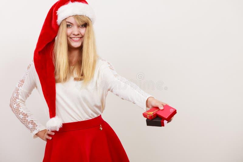 Gelukkige leuke vrouw in de hoed van de santahelper Kerstmis stock afbeelding