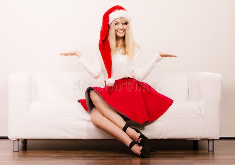 Gelukkige leuke vrouw in de hoed van de santahelper Kerstmis royalty-vrije stock fotografie