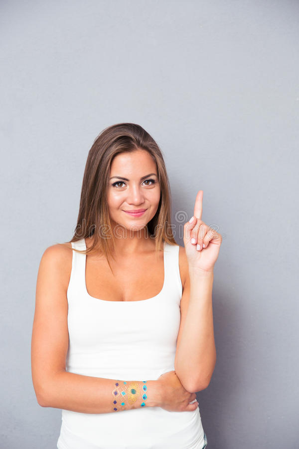 Gelukkige leuke vrouw die vinger benadrukken royalty-vrije stock afbeelding