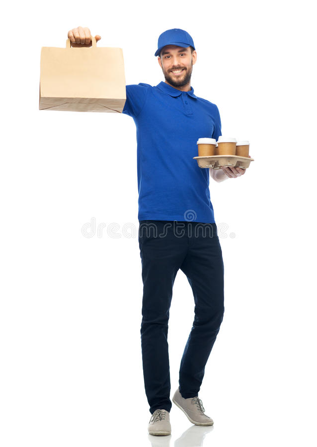 Gelukkige leveringsmens met koffie en voedsel in zak stock foto