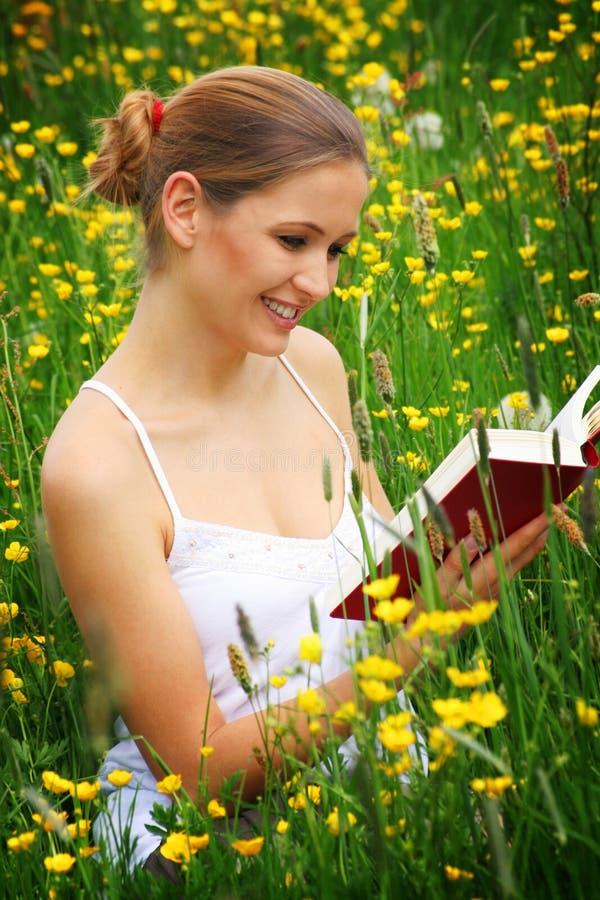 Gelukkige lezingsvrouw openlucht royalty-vrije stock afbeeldingen