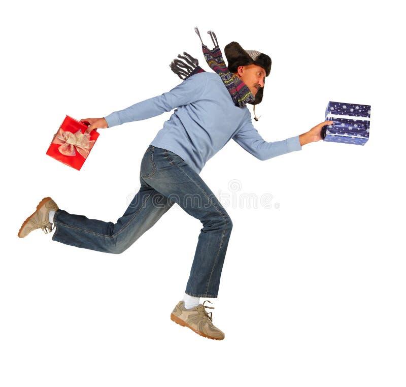 Gelukkige lopende mens met Kerstmisgiften stock afbeeldingen