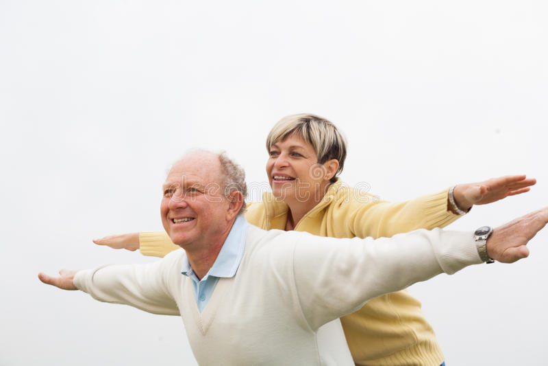 Gelukkige man die op de rug aan vrouw geven stock foto