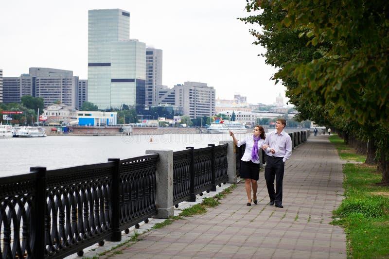 Gelukkige man en vrouw bij romantische gang op dijk stock foto's