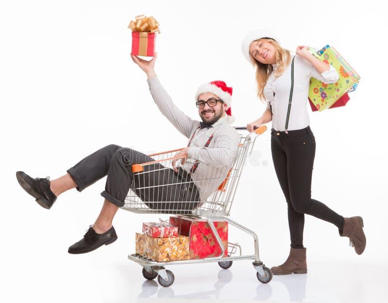 Gelukkige man en vrouw met boodschappenwagentje stock fotografie