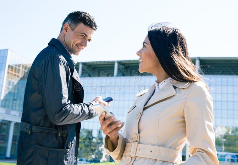 Download Gelukkige Man En Vrouw In Openlucht Met Smartphones Stock Foto - Afbeelding bestaande uit technologie, liefde: 54083010