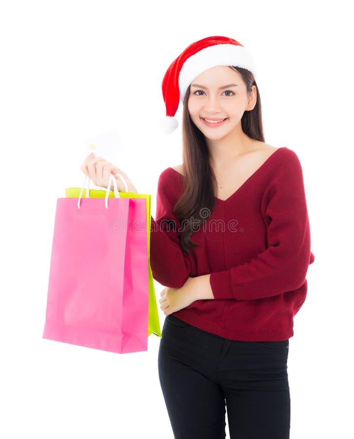 Gelukkige manier Aziatische vrouw met glimlachholding het winkelen document zak royalty-vrije stock foto
