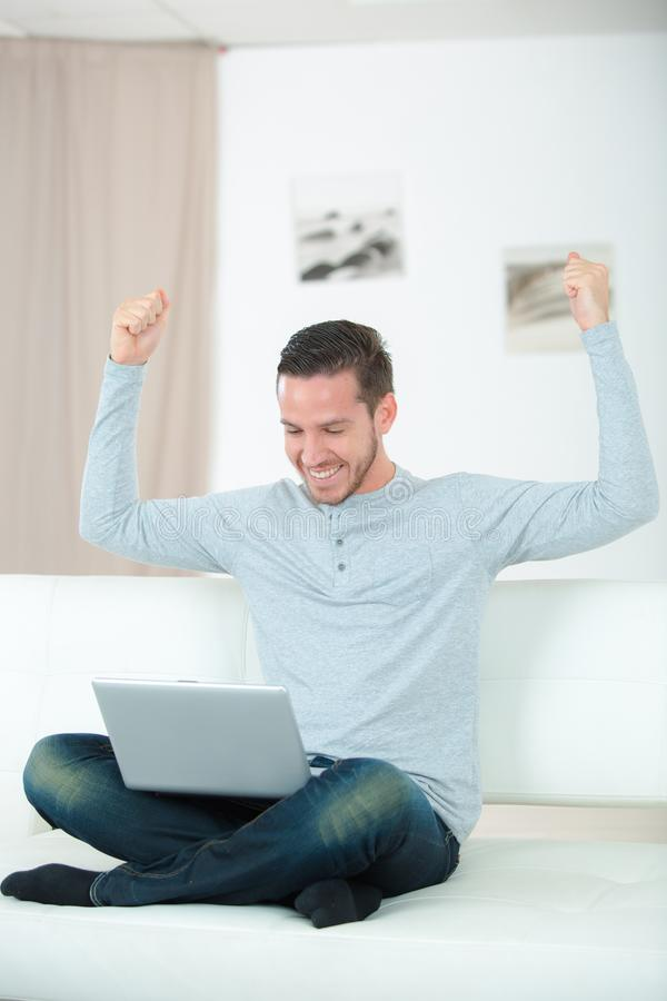 Gelukkige mannelijke exploitant met notitieboekje in bureau royalty-vrije stock afbeelding