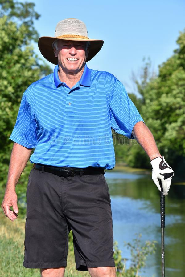Gelukkige Mannelijke Golfspeler Atletische Mens die met Golf Club Golf spelen stock afbeelding