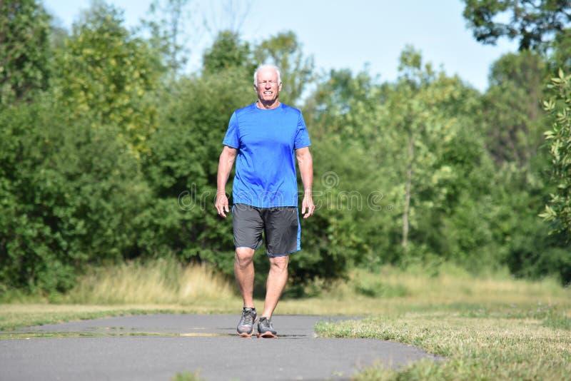 Gelukkige Mannelijke Hogere Persoon die Tennisschoenen het Lopen dragen stock foto's