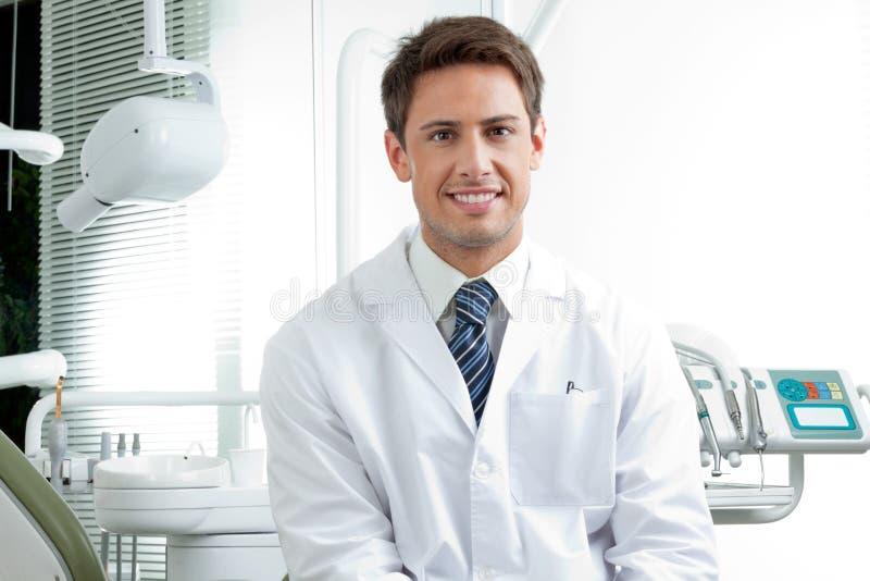 Gelukkige Mannelijke Tandarts In Clinic royalty-vrije stock afbeelding