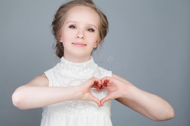 Gelukkige Mannequin Girl Making Heart royalty-vrije stock foto