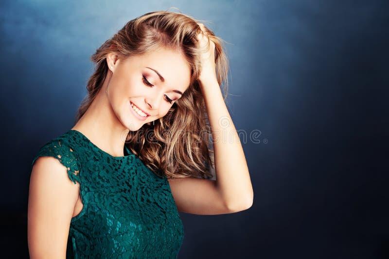Gelukkige mannequin met blondehaar op blauwe achtergrond stock afbeelding