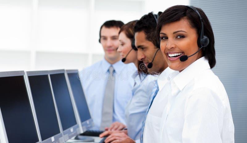 Gelukkige medewerkers met hoofdtelefoons in call centre royalty-vrije stock afbeelding