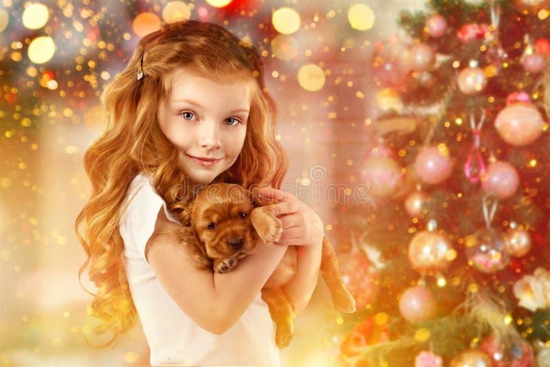 Gelukkige meisje en hond naast Kerstboom Nieuw jaar 2018 Vakantieconcept, Kerstmis, Nieuwe jaarachtergrond stock afbeeldingen