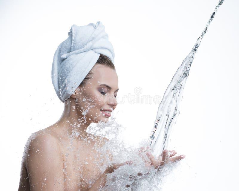 Gelukkige meisje en waterstroom die aan haar handen vallen stock afbeeldingen