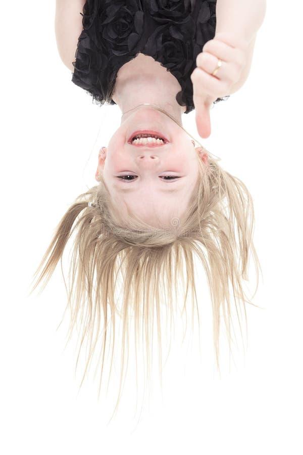 Gelukkige meisje hangende bovenkant - onderaan geïsoleerd royalty-vrije stock afbeelding