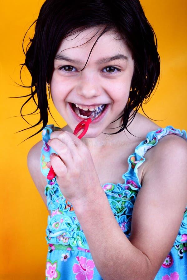 Gelukkige meisje het borstelen tanden stock foto's