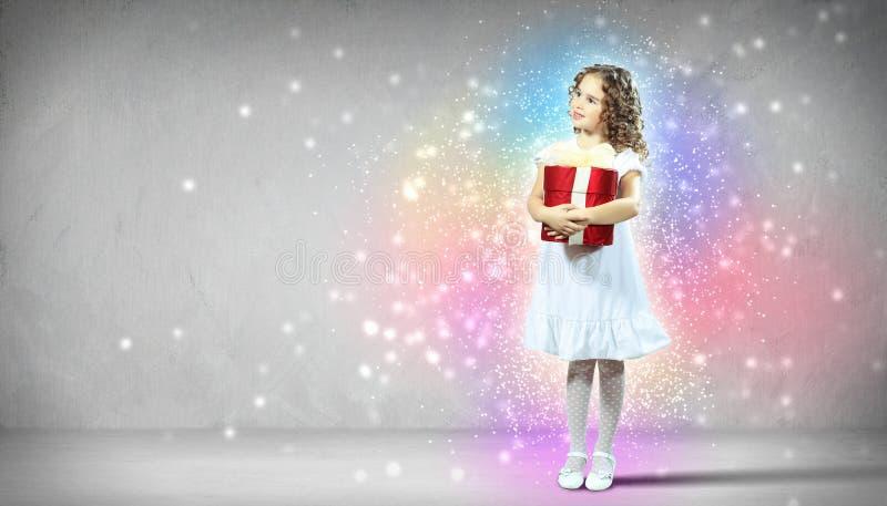 Gelukkige meisje het openen giftdoos stock fotografie