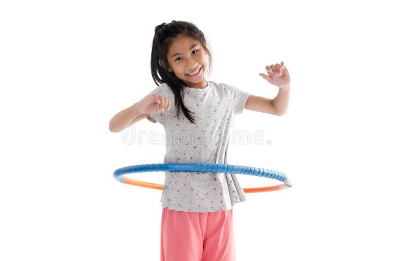 Gelukkige meisje het spelen hulahoepel op witte achtergrond stock fotografie