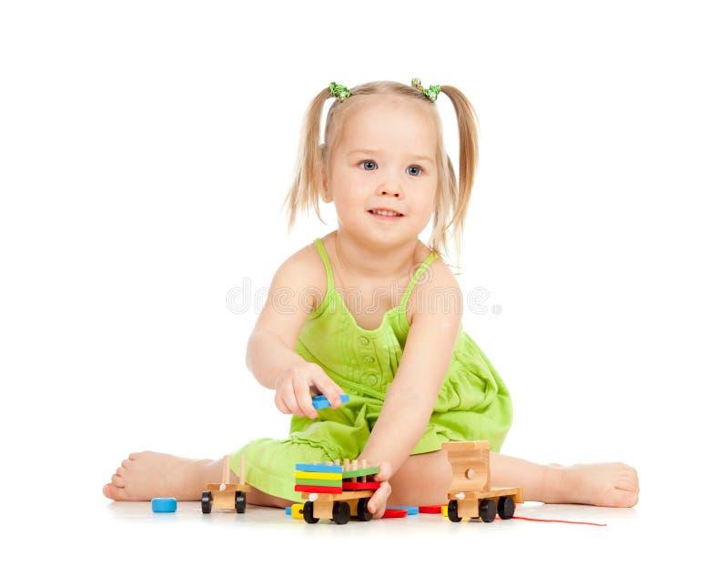 Gelukkige meisje het spelen stuk speelgoed trein op vloer stock afbeelding