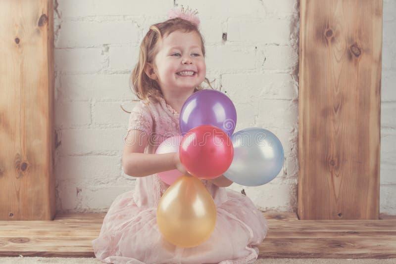 Gelukkige meisjeholding cupcake stock afbeelding