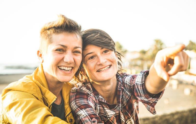 Gelukkige meisjes die in liefde tijd delen samen bij reisreis stock afbeelding