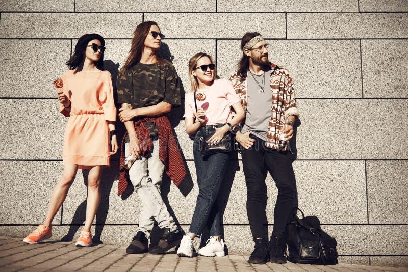 Gelukkige meisjes en mensen die samen situeren royalty-vrije stock foto's