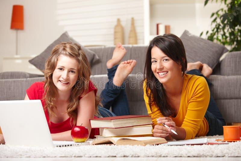 Gelukkige meisjes met laptop en boeken royalty-vrije stock afbeelding