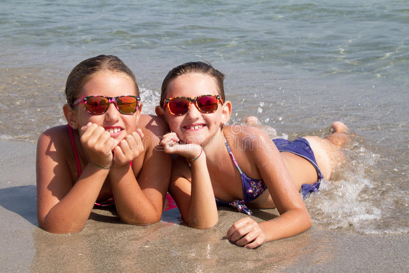 Gelukkige meisjes op het strand stock fotografie