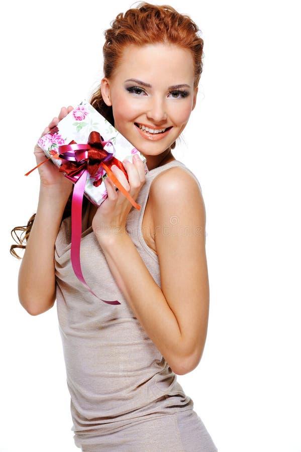 Gelukkige meisjesholding in handen een witte huidige doos stock foto