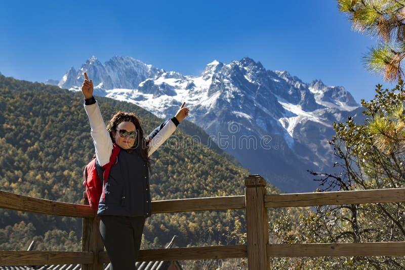 Gelukkige meisjesreizen op het Nationale Park van Lanyuegu stock foto's