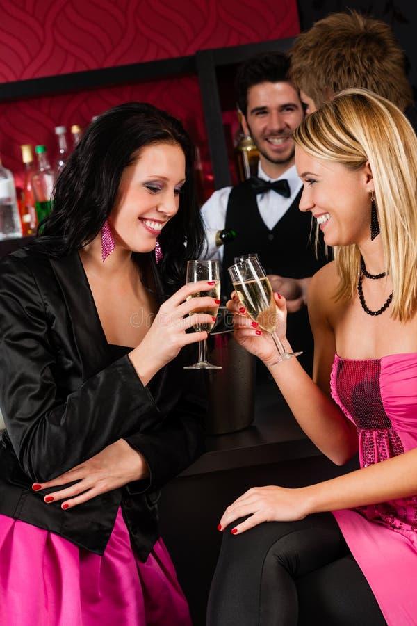 Gelukkige meisjesvrienden die met dranken van partij genieten royalty-vrije stock foto