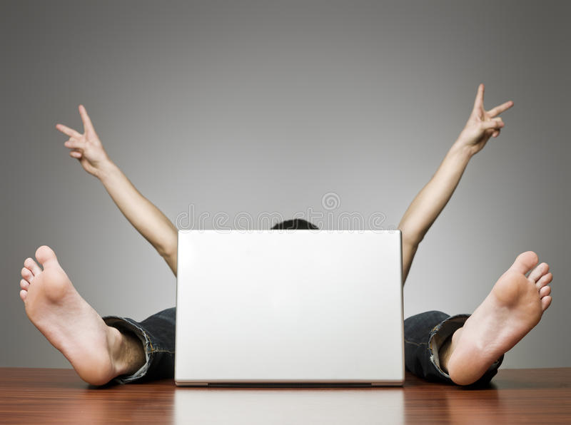 Gelukkige mens achter computer