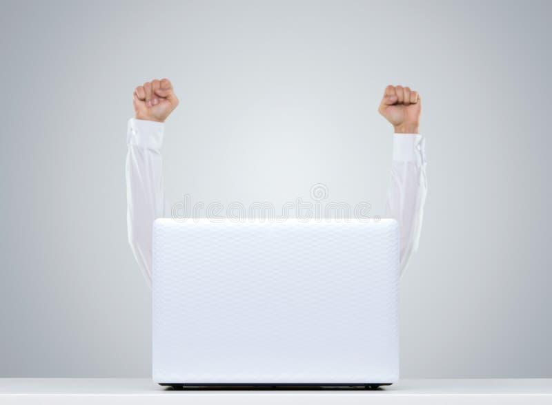Gelukkige mens achter laptop royalty-vrije stock afbeeldingen