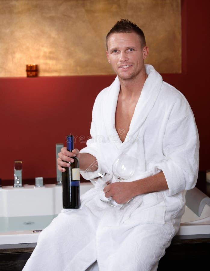 Gelukkige mens bij Jacuzzi met wijnglazen royalty-vrije stock foto's