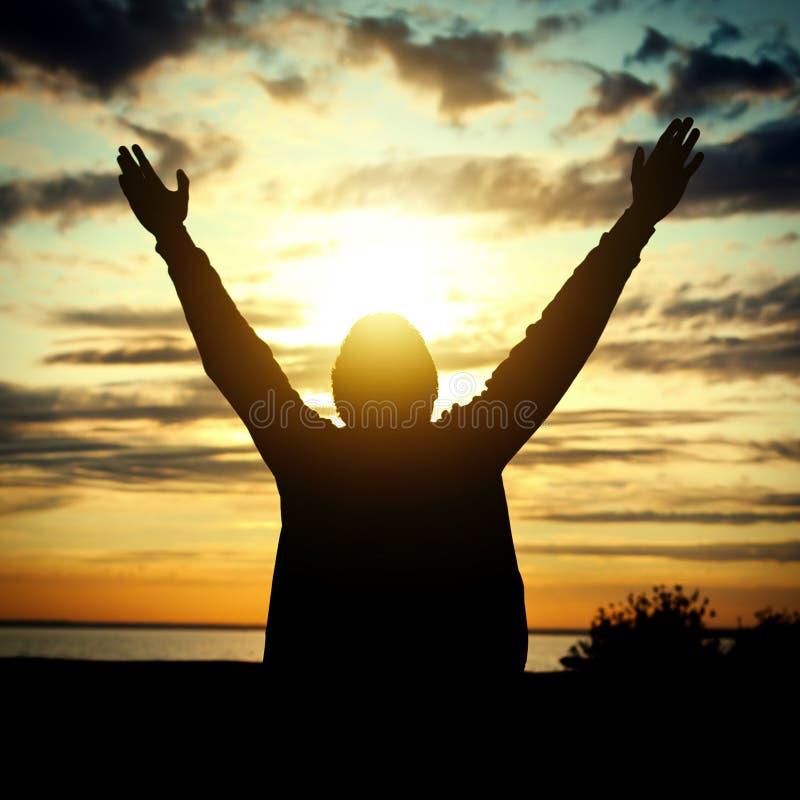 Gelukkige mens bij zonsondergang stock fotografie