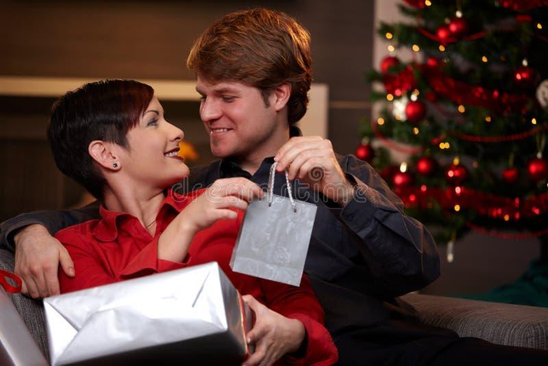 Gelukkige mens die aanwezige Kerstmis geeft stock foto's