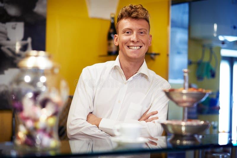 Gelukkige mens die als barman werken die in bar glimlachen stock fotografie