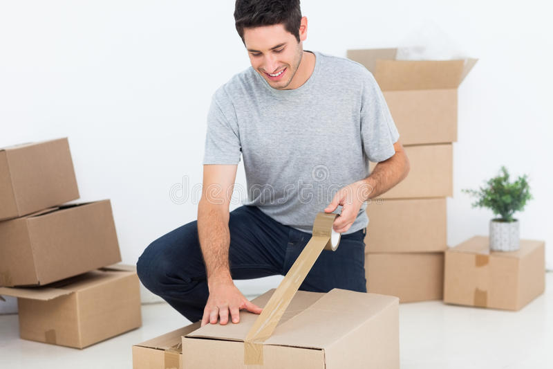 Gelukkige mens die een doos verpakken royalty-vrije stock foto