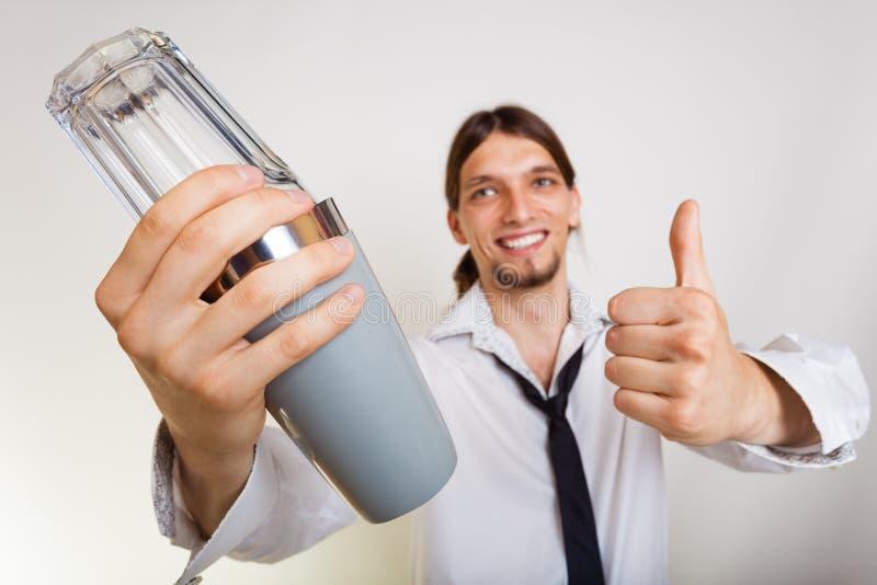 Download Gelukkige Mens Die Met Schudbeker Cocktaildrank Maken Stock Afbeelding - Afbeelding bestaande uit drank, mixing: 54091429
