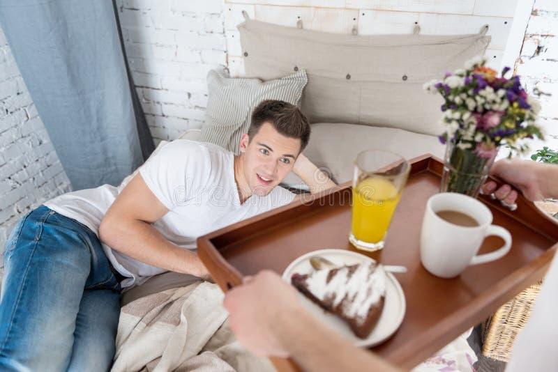 Gelukkige mens die ontbijt van zijn vriend ontvangen royalty-vrije stock afbeeldingen