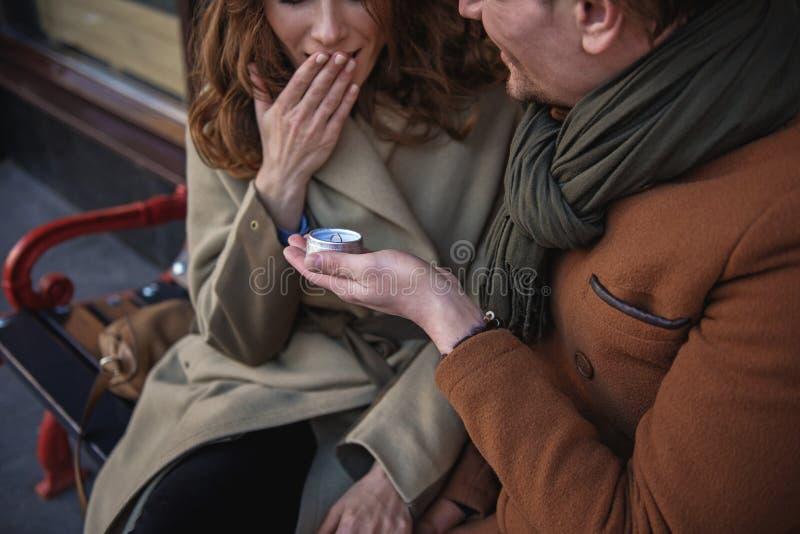 Gelukkige mens die voorstel doen aan zijn meisje stock foto