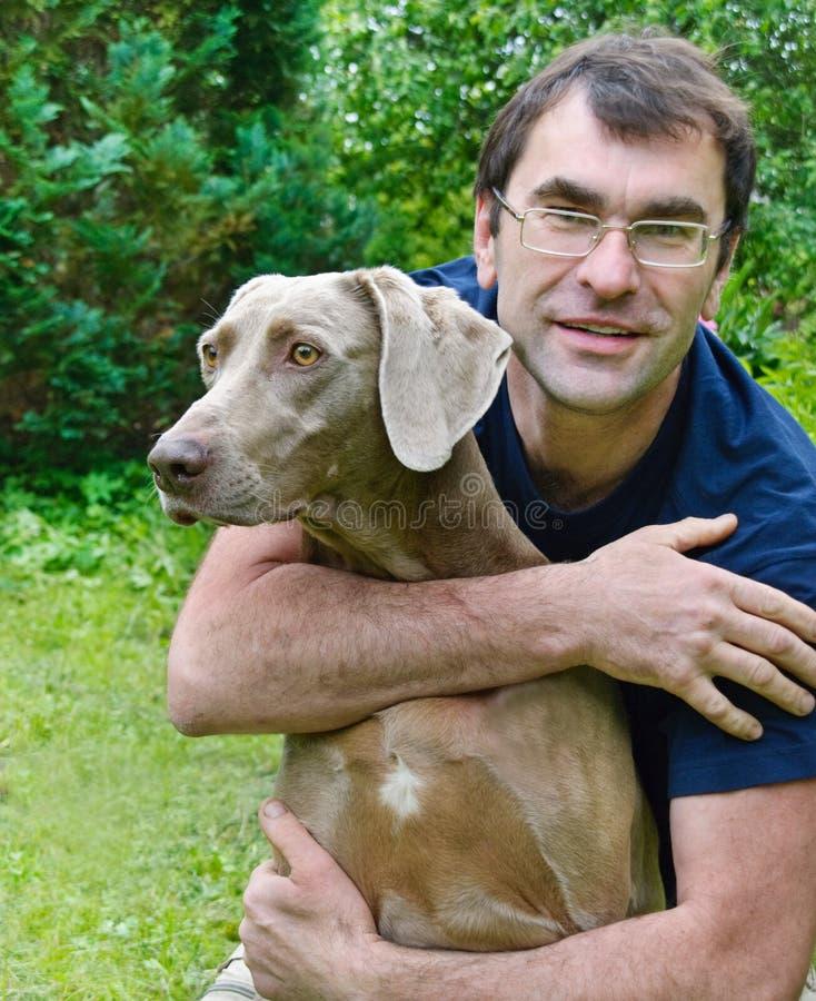 Gelukkige mens en hond stock fotografie