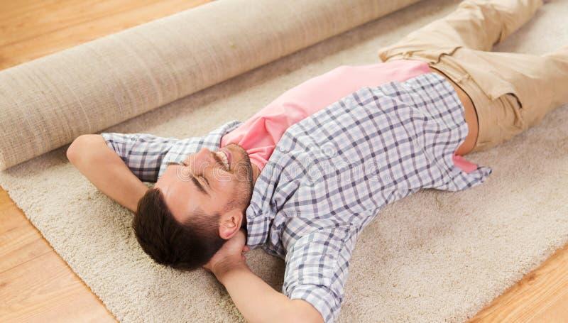 Gelukkige mens het liggen tapijt of deken thuis royalty-vrije stock foto